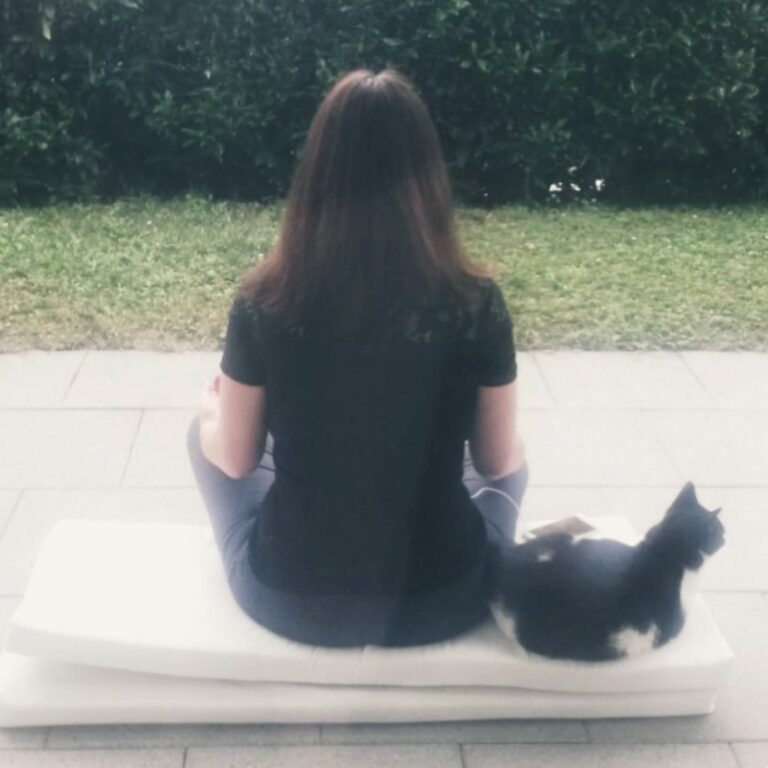 christina hoppe meditiert mit katze
